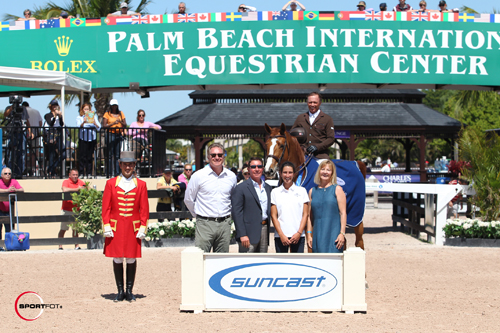 Todd Minikus and Babalou 41 in their winning presentation with ringmaster Gustavo Murcia, Equestrian Sport Productions President Mark Bellissimo, and Tom, Lauren, and Jeannie Tisbo of Suncast