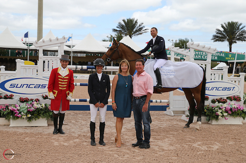 Kent Farrington (aboard Waomi) in his winning presentation with ringmaster Gustavo Murcia and Lauren, Jeannie and Tom Tisbo of Suncast®
