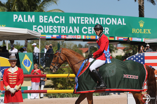 Carlos Hank Guerreiro and Golden Horta in their winning presentation with ringmaster Christian Craig.