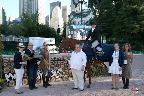 Kelley Farmer and Kodachrome in their winning presentation with Becky  and David Gochman, Katherine Bellissimo, owner Nina Moore, artist Tracy  Oberc of The Ginkgo Fox, and L.A. Pomeroy, the inspiration behind the  design of the hunter fences.